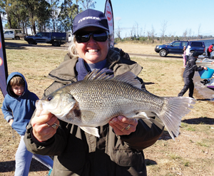 The biggest bass of the weekend was caught by Cindy Schloss of team Rude. The fish measured 434mm to the fork.