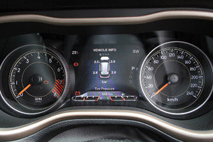 The stylish TFT instrument cluster is able to easily display information about the vehicle.